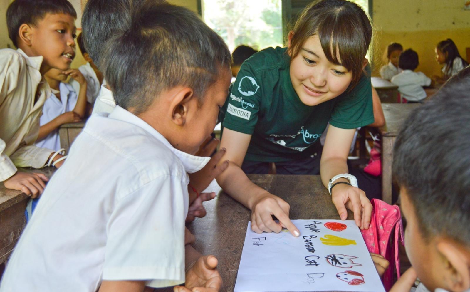 カンボジアで子供たちへの基礎教育支援に取り組む日本人チャイルドケアボランティア